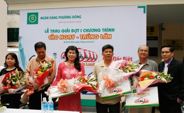 Ông Trương Đình Long - P.TGĐ (bên phải) lên trao giải cho Khách hàng trúng xe Honda Lead