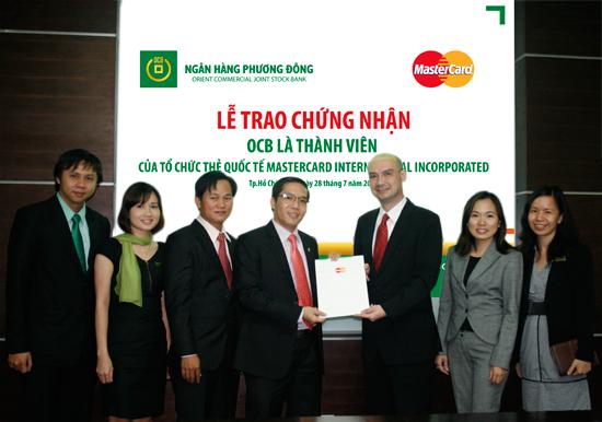 Ông Trương Đình Long - P.TGĐ OCB (bên trái) và Ông Antonio Corró - Trưởng đại diện VP đại diện Mastercard International Incorporated Châu Á Thái Bình Dương tại Việt Nam (bên phải) trong lễ trao chứng nhận