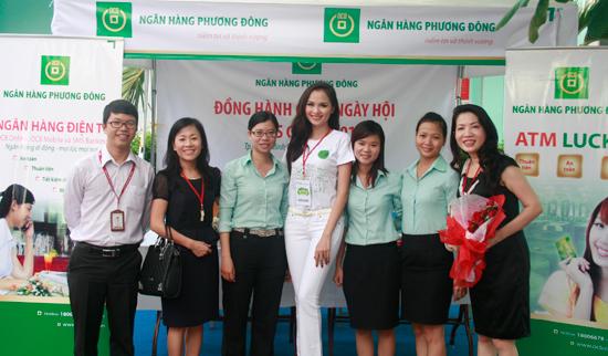 Hoa hậu Diễm Hương – Đại sứ của Ngày hội FTU's GREEN 2012 chụp hình lưu niệm tại gian hàng của OCB